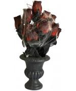 Jardinière Halloween - un bouquet de roses dans un vase noir décoré de toile d'araignées
