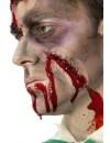 Cicatrice avec agrafes et faux sang